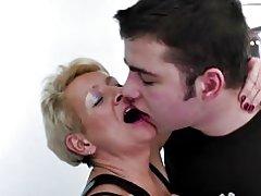 Մայրը catches նրա որդու եւ դասակարգել ըստ նրա